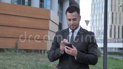 Lopende Zakenman Browsing Internet op Smartphone stock footage