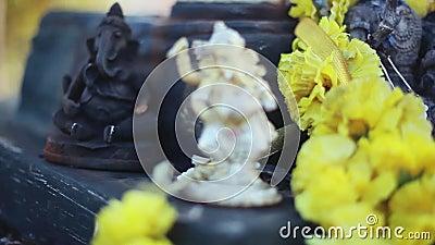 Lord Ganesha en Hindoeïsme Deity Ganesha met bloemen, Ganesha als symbool van Hindoeïsme, God van wijsheid en welvaart stock footage