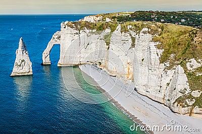 Los Acantilados Famosos En Etretat En Normandía, Francia Foto de archivo , Imagen 40944984