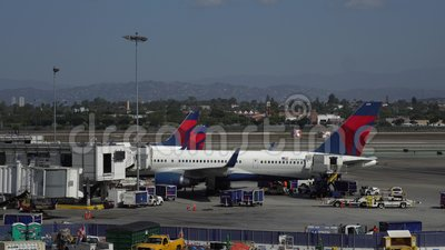 Los Angeles, CA United States - 10 02 2019: Delta flygplan lossar och lastar nära terminalen i LAX, Los Angeles stock video