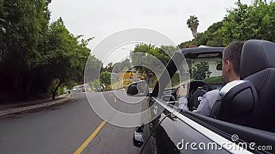 LOS ANGELES, EUA - 9 DE MAIO DE 2019: Homem que conduz o carro convert?vel filme