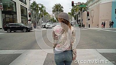 LOS ANGELES, EUA - 9 DE MAIO DE 2019: Menina que anda na movimenta??o do rodeio video estoque