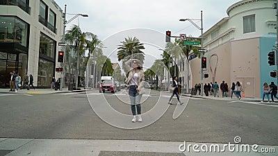 LOS ANGELES, EUA - 9 DE MAIO DE 2019: Menina que anda na movimenta??o do rodeio filme