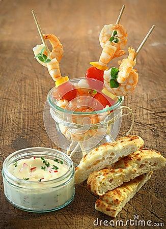Palillos del c ctel de los mariscos con los camarones for Coctel con zumo de tomate