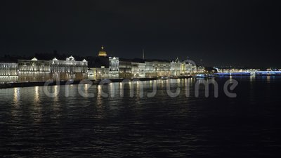 Los autos se mueven en el terraplén en San Petersburgo en horario nocturno metrajes