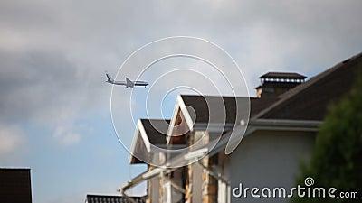 Los aviones en acercamiento de aterrizaje sobre la vivienda suburbana almacen de metraje de vídeo