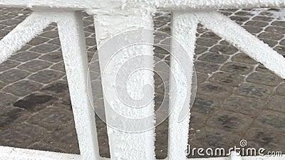 Los candados cuelgan en la verja en el gazebo en el parque Todo se cubre con helada metrajes