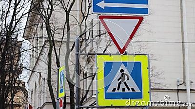 Los carteles de tráfico dan paso a un peatón Carretera de transporte de atención almacen de metraje de vídeo