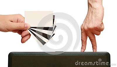 Los dedos van a poner en contraste la tarjeta de visita en han