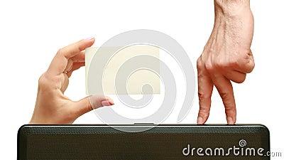 Los dedos van a una tarjeta de visita a disposición