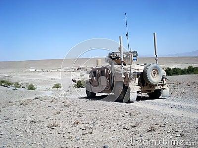 Los E.E.U.U. Humvee en patrulla