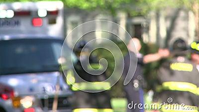 Los equipos de la emergencia responden después de un accidente (5 de 8) metrajes