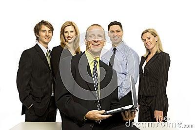 Los hombres de negocios acercan al escritorio