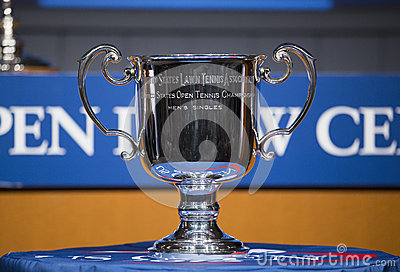 Los hombres del US Open escogen el trofeo presentado en la ceremonia 2013 del drenaje del US Open Foto editorial