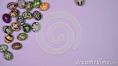 Los huevos de Pascua se mueven sobre la mesa en rosa La Pascua es sagrada 4 kK almacen de metraje de vídeo