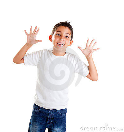 Los niños con gesto divertido abren los dedos