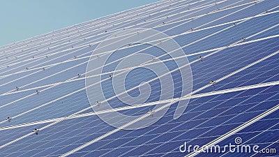 Los paneles solares contra el cielo azul profundo Energ?a alternativa almacen de metraje de vídeo