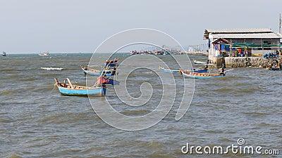 Los pequeños barcos de pesca de madera se sacuden en las ondas en el embarcadero tailandia asia Pattaya almacen de metraje de vídeo