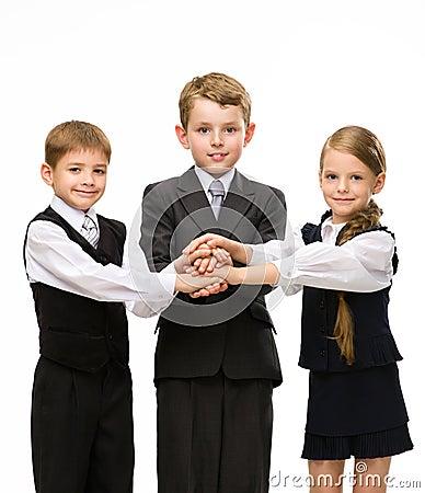 Los pequeños colegas pusieron las manos juntas
