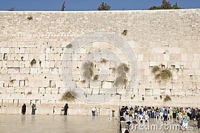 Los rezos y los turistas acercan a la pared de Jerusalén Foto de archivo editorial