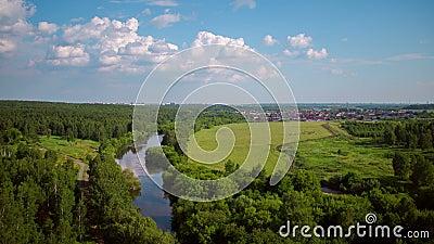 Lot nad lasem, rzeką i rekreacyjnymi terenami, zbiory wideo