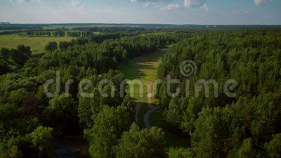 Lot nad rekreacyjnymi terenami i lasem zbiory