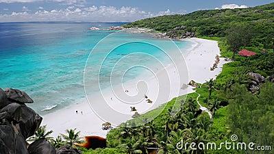 Lot powietrzny nad plażą piasku Wielkiego Anse Krystalicznie czysty turkusowy lagun oceaniczny Wyspa La Digue, Seszele zdjęcie wideo