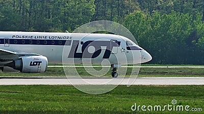 LOTE, linhas aéreas polonesas que taxiing no aeroporto de Francoforte, FRA vídeos de arquivo
