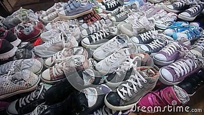 Lotes de sapatas da sapatilha na venda HD 1920x1080 video estoque