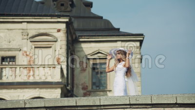 Louro novo bonito no vestido e no chapéu brancos filme