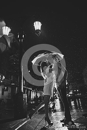 Free Love In The Rain / Silhouette Of Kissing Couple Under Umbrella Stock Photo - 39075270