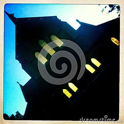 Läskig kyrka på natten