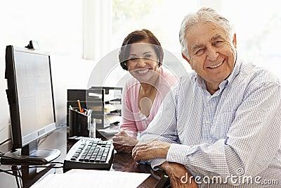 ltere hispanische paare die zu hause an computer arbeiten stockfoto bild 54954604. Black Bedroom Furniture Sets. Home Design Ideas