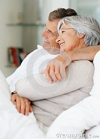 Ältere Paare, die die Zukunft untersuchen