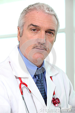 Älterer Arzt für Allgemeinmedizin