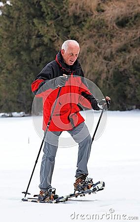 Älterer Mann Snowshoeing