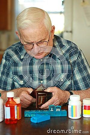 Älterer Mannesverbrauchtes Geld auf Medizin