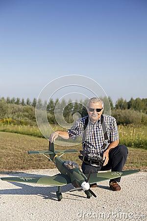 Älterer RC-Modellbauer und sein neues flaches Modell