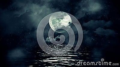 Lua cheia fantástica com a noite estrelado que reflete acima da água com nuvens e névoa