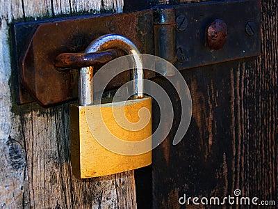 Lucchetto sul portello di legno