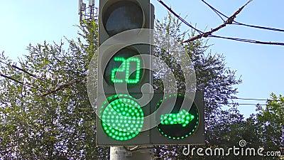 Luces de tránsito en la intersección almacen de metraje de vídeo
