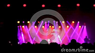 Luces hermosas en la etapa en una sala de conciertos de la música en directo metrajes