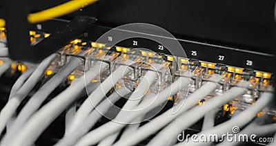 Luces y conexiones en el servidor de red medios convertidores de la red e interruptores cargados de Ethernet
