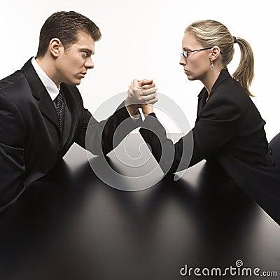 Lucha de brazo del hombre y de la mujer