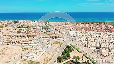 Lucht Mening Een kleine stad op de kusten van Middellandse-Zeegebied stock videobeelden