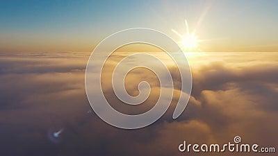 Lucht Mening Vliegend in mist, vlieg in schot van de mist het Luchtcamera Vlucht boven de wolken naar de zon Nevelig weer stock video