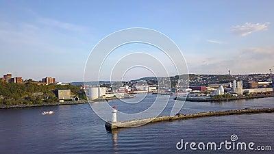 Lucht vang met Cirkelbeweging rond Vuurtoren op Pier in de Haven van Trondheim, Noorwegen stock video