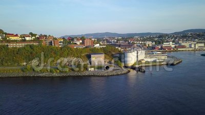 Lucht vang van de Stad die van Trondheim, Noorwegen - Sunny Summer Day, Beweging van de Fjord aan Stad beginnen stock footage