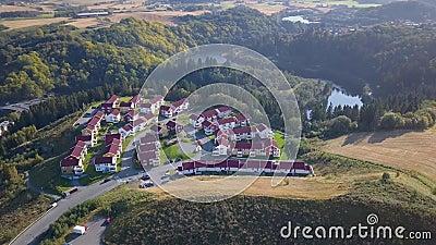 Lucht vang van het Blok van Huizen in Trondheim, Noorwegen - Sunny Summer Day stock footage
