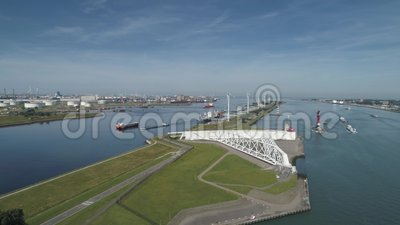 Luchtfoto van de stormvloed van Maeslantkering op de Nieuwe Waterweg Nederland die het dichtdoet als de stad Rotterdam is stock footage